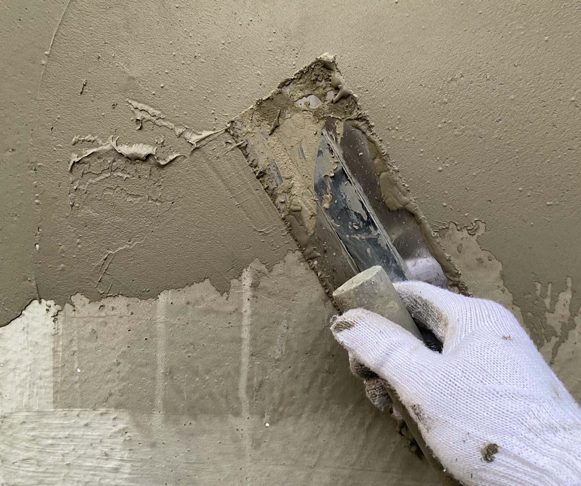 モルタルをコテで塗っているところ